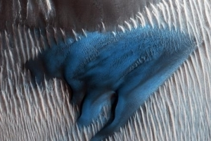 Stunning Blue Dune Discovered on Mars