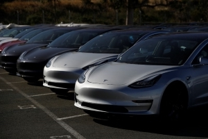Tesla lagging on Model 3 production, workers say