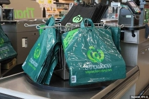 'No bag, no problem': Man puts entire Woolworths shopping trolley in his car in protest of controversial plastic bag ban