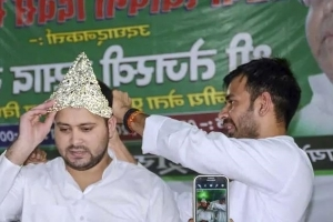 Tej Pratap Yadav Hands Crown To Brother Tejashwi, Asks