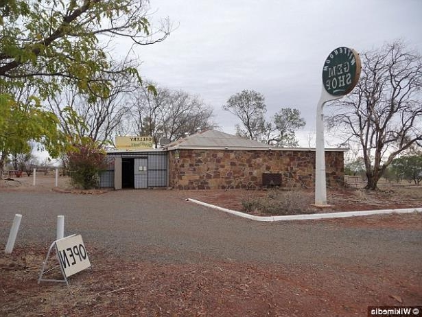 a sign in front of a tree: The former town Wittenoom in the Pilbara region still attracts curious visitors, despite being officially degazetted in 2007