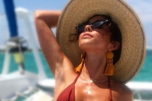 Sarah Hyland Just Showed Off Her Scar in This Bikini Photo From Her Recent Vacation