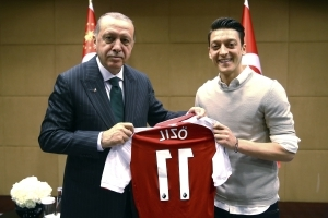 German football chief admits mistakes in handling Ozil photo