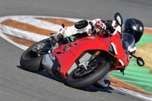 2018 Ducati Panigale V4 Review | Four shrieking cylinders on the bleeding edge