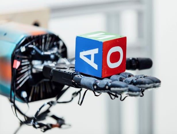 Offbeat: A robotic hand can juggle a cube - with lots of