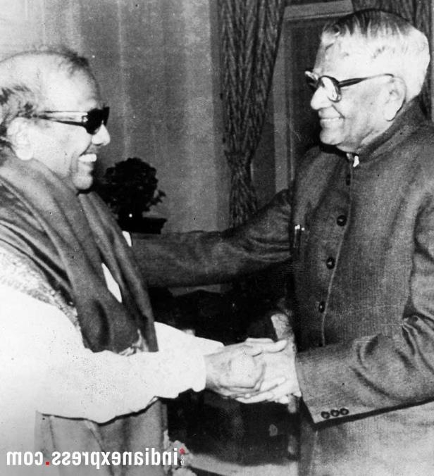 Slide 14 of 15: M Karunanidhi with then President R Venkatraman. (Express archive photo)