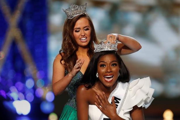 Miss New York Nia Imani Franklin has the tiara put on her by outgoing Miss America Cara Mund on stage in Atlantic City, New Jersey, U.S., September 9, 2018. REUTERS/Carlo Allegri