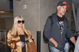 Pregnant Jessica Simpson Shows Off Growing Baby Bump at the Airport
