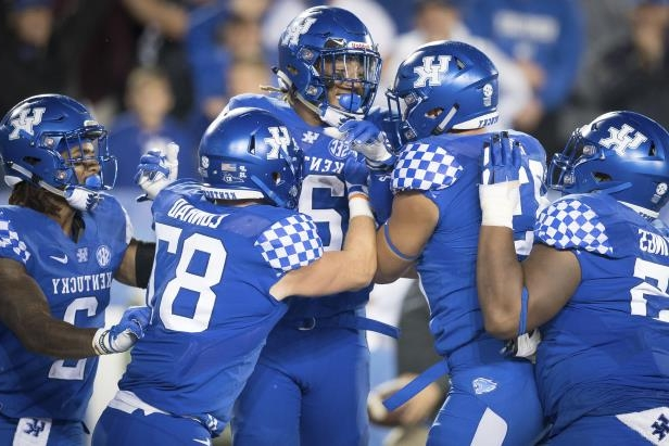 Offbeat Ap Top 25 Kentucky Enters Rankings For 1st Time Since 07