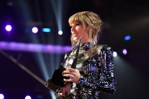 Taylor Swift Breaks Record for Most AMAs Won by a Female Artist After Nabbing Artist of the Year