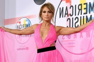 Jennifer Lopez Looks Ridiculously Jacked in Ab-Tastic Workout Selfies