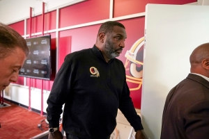 "Doug Williams apologizes for ""insensitive"" comments about Reuben Foster"