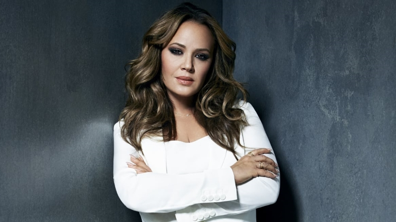 Jennifer Lopez & Leah Remini Are Value Shop Employees for