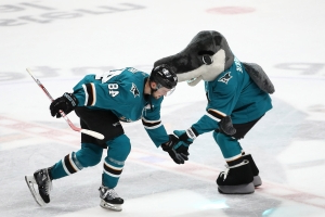 Sharks dust Penguins to extend winning streak to 7 games