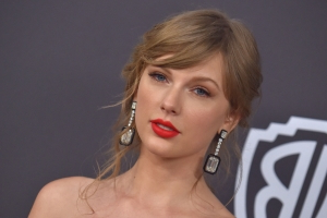 Taylor Swift posts selfies from 'Cats' set