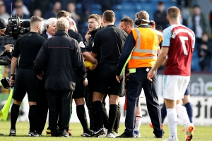 Furious Pochettino confronts referees, reacts to Spurs loss at Burnley