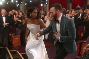 Chris Evans jumped up to help Regina King to the stage after she won the Oscar for best supporting actress, and it melted viewers' hearts