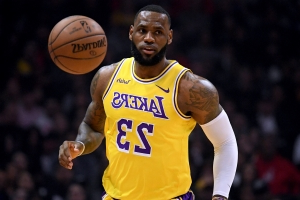 edc909375eb WATCH  LeBron James commits inexplicable turnover during horrible night for  Lakers
