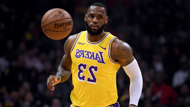 WATCH: LeBron James commits inexplicable turnover during horrible night for Lakers