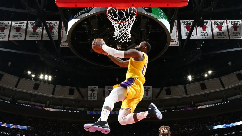 a317ce64ea8f LeBron James steals the show with two big dunks in Lakers  win over Bulls
