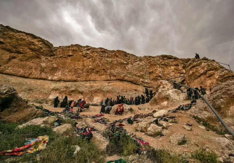 Toiling up Syrian cliff, hundreds in exodus from dying IS 'caliphate'