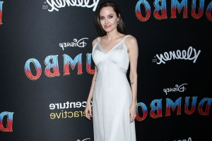 <p>People Style</p> - People Style : Angelina Jolie ou la passion Versace