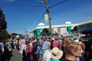 A week after shootings, hundreds form human chain around New Zealand mosque