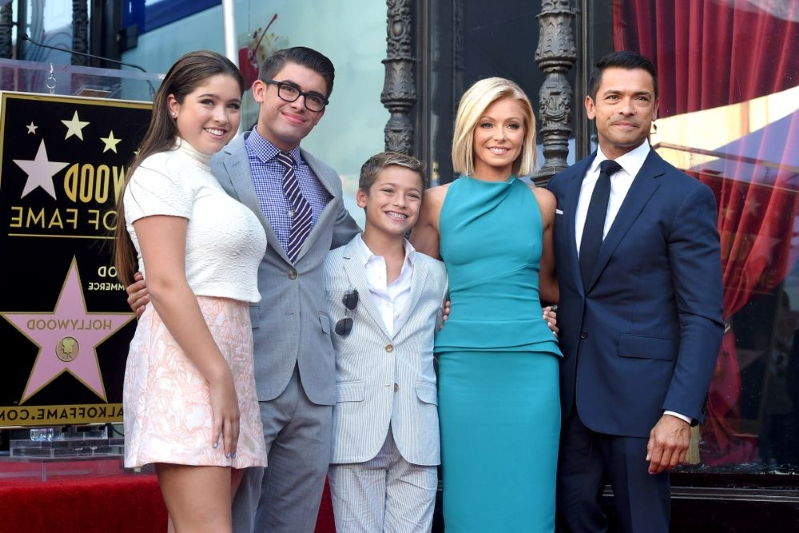 Entertainment Kelly Ripa Embarrasses Her Daughter Once Again By Posting Video Of Dad -3805