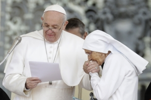 aef5c807f Pope allows ring kissing after earlier pulling hand away