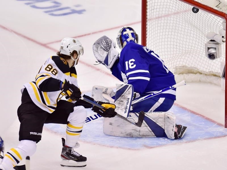 a9c688dc20ce5c David Pastrnak scores twice as Bruins down Maple Leafs 6-4 to tie series 2