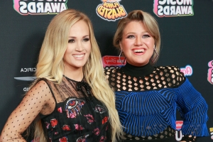Kelly Clarkson bemoans bad tabloid pic, laughs off rumors of feud with Carrie Underwood