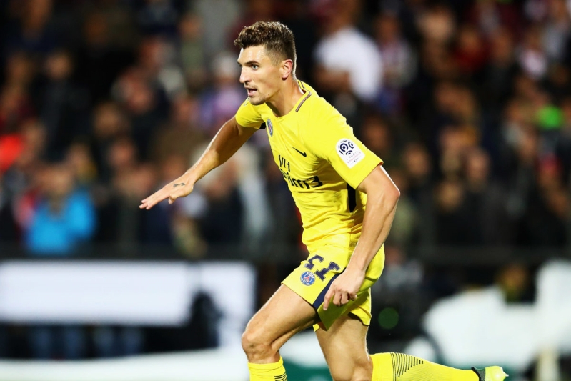 Everton table contract offer to Chelsea target Meunier