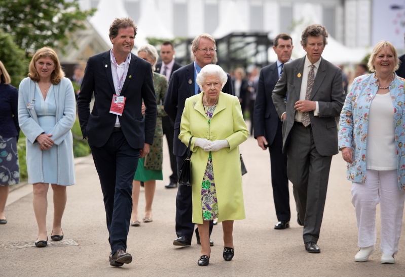 uk news  kate and william give queen guided tour of chelsea flower show garden -