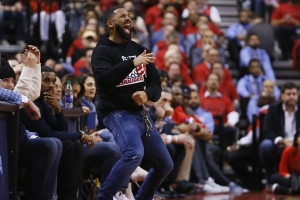 Fashion statement: Drake wears Dell Curry Raptors jersey to Game 1 of NBA Finals
