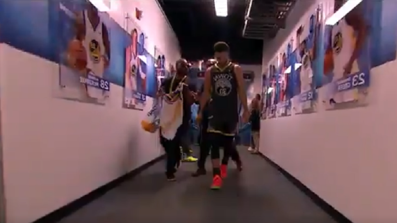 Guy tries to get Steph Curry's autograph right after Warriors lose NBA Finals
