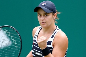 Barty makes smooth transition to grass