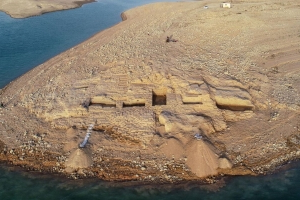 Lost Palace of a Once-Mighty Empire Unearthed in Iraq Ancient-palace-emerges-from-iraqi-reservoir-after-water-levels-fall__58952_