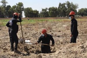 Workers recover hundreds of bodies from Syrian mass grave
