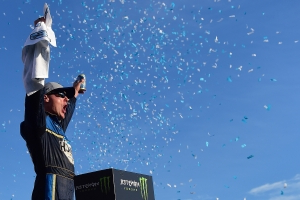 Harvick scores 1st win of 2019 after thrilling final lap battle with Hamlin at New Hampshire