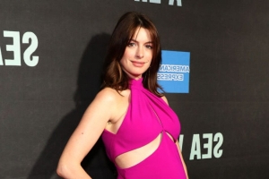 Anne Hathaway's Baby Bump Makes Its Red Carpet Debut