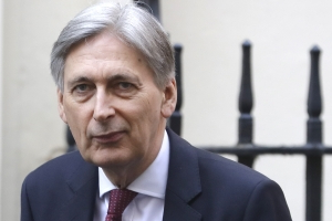 Hammond Warns Johnson He'll Fight a No-Deal Brexit in Parliament