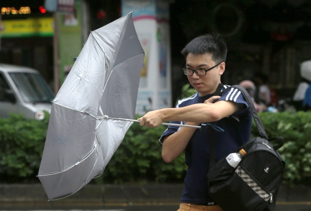 Tropical storm traps 18 in Taiwan before heading to China