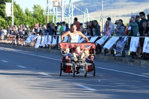 Record-breaking mom runs while pushing 3 kids in a stroller as they nap