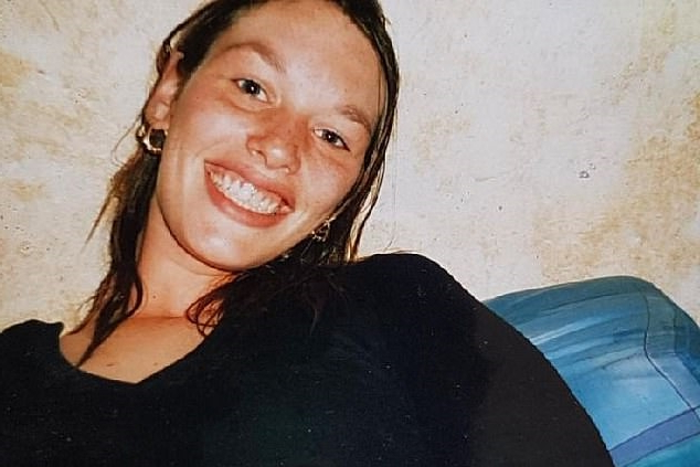 a woman smiling for the camera: There are new fears that the UK is being left wide open to another pain prescription drug crisis with gabapentinoids (GABA). Sarah Jolly, 34, died last year from an accidental overdose of pregabalin, prescribed for back pain since 2014