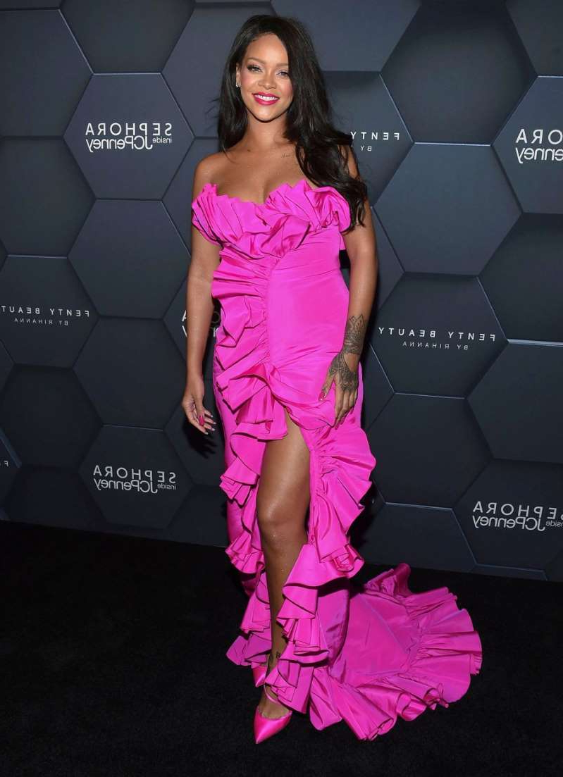 a little girl with a pink umbrella: Rihanna arrives at the Fenty Beauty by Rihanna one year anniversary party on September 14, 2018 in New York City.