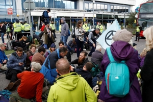 Extinction Rebellion cible un aéroport de Londres, les actions se poursuivent