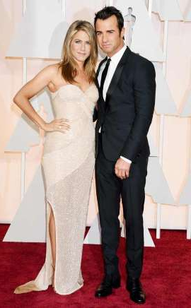 Justin Theroux, Jennifer Aniston are posing for a picture: Jason Merritt/Getty Images