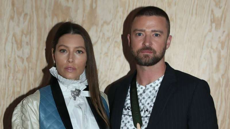 Justin Timberlake, Jessica Biel posing for a picture