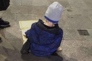 'A national shame' - Government's response to homelessness criticised after boy (5) pictured eating dinner on street