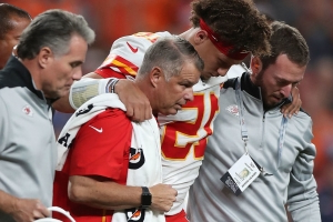 Mahomes ruled out vs. Broncos after suffering knee injury